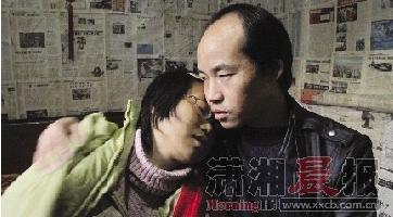 昨日上午,惠子做完透析,头很痛,回到家中极其虚弱,靠在丈夫龙文江怀里。图/记者吴静
