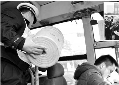 """12月2日,长沙市汽车东站,交警从一辆大客车上搜出不少塑料小凳子。当天是""""122""""全国交通安全日,警方加大力度严惩各类交通违法行为。 记者 童迪 摄"""