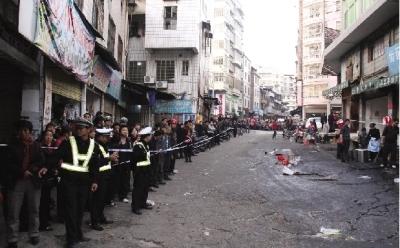 12月3日,宜章县城关镇玉溪街,发生重大道路事故的现场被封锁起来。图/读者斯所