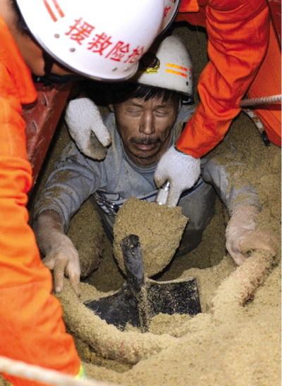 男子被埋沙动获救