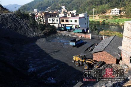 车轮 群力煤矿已经停产近两个月,但煤坪里堆满了煤,且有车轮印迹。
