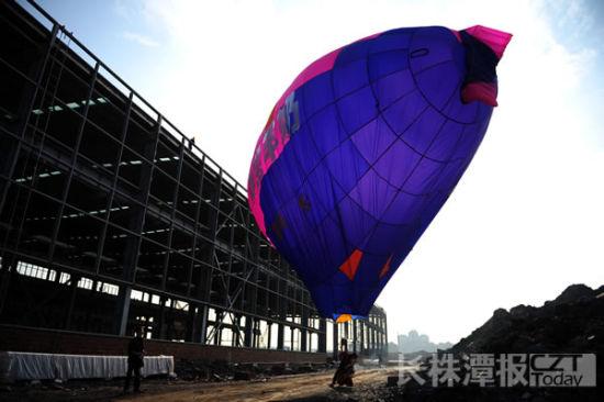 飞艇降落在一建筑工地旁边。图/潇湘晨报-长株潭报滚动新闻记者 王伟