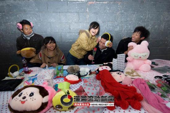 (12月5日,林业科技大学,因为女生节,校园内很多同学抓住商机,销售卖给女生的礼物。图/潇湘晨报滚动新闻记者 辜鹏博)