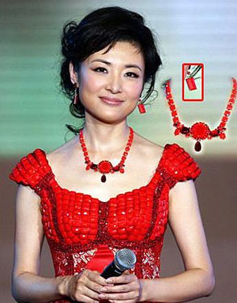 周涛佩戴名贵的红珊瑚饰品