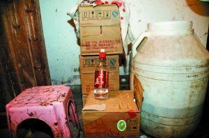 勾兑假酒的塑料桶上满是污垢