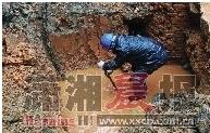 昨日,东风一村一地下水管破裂,工作人员正在抢修。图/刘洋