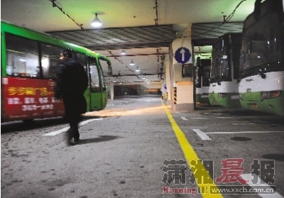 昨晚,河西综合交通枢纽过渡站,公交车陆续开进来,整齐排列。