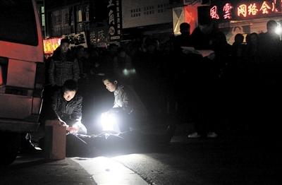 昨晚8时许,田心,一名中年男子被利器捅伤致死,民警迅速封锁现场展开调查 熊威 摄