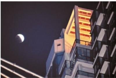 12月10日晚,长沙市湘江世纪城上空的月全食。 记者 田超 摄