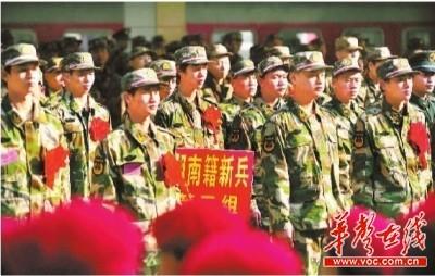 12月10日,省政府、省军区在长沙火车站举行2011年度新兵欢送仪式,欢送来自长沙、邵阳两个地区的685名新兵光荣入伍。记者 郭立亮 通讯员 卓健 摄