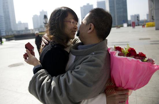 (邓先生求婚成功后,和女友紧紧相拥在一起。图/潇湘晨报滚动新闻记者 张轶)