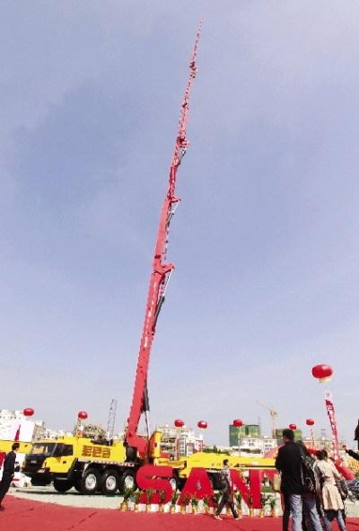 12月11日,三一在海南展示的这台86米臂架混凝土泵车再次刷新了吉尼斯纪录。图/记者卜盎