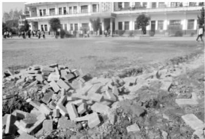12月9日,岳阳市君山区良心堡中学,开发商在学校操场挖出一条沟准备砌围墙。