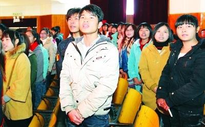 """图为活动启动仪式上,得到助学贷款资助的学子在宣读""""树诚信风尚,做文明大学生""""誓言。 本报记者 刘尚文 通讯员 杨宗源 摄"""