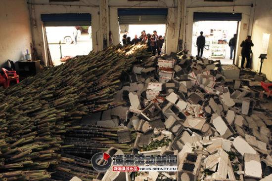 昨日,红星农贸市场水果区一门面内隔墙发生垮塌。垮塌现场一片凌乱,上万根甘蔗倾倒在门面内。图/记者刘有志