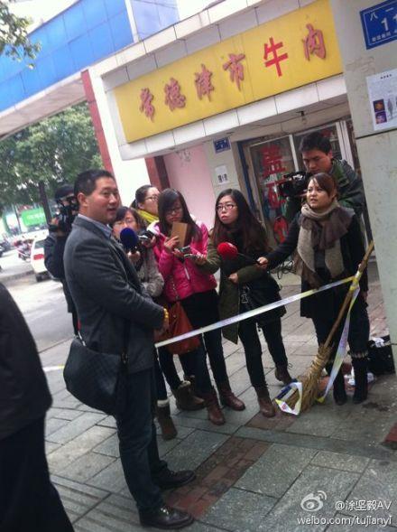 记者在现场采访(来源:涂坚毅AV)