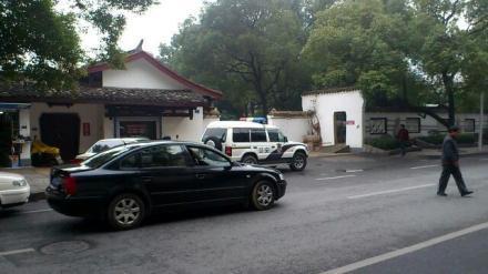 警车蹲守在晓园公园门口(来源:路人A的一堆狗牙)