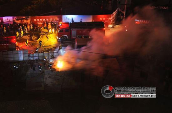 12月16日晚,长沙四方坪一工地夹板失火,现场浓烟滚滚并有明火。图/潇湘晨报滚动新闻记者 杨抒怀