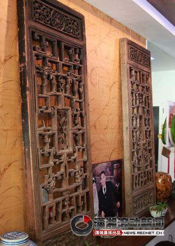 (五六年来他收藏的300余件木雕在他家随处可见,仿佛在一瞬间穿越过历史时空,置身于明清时代某个雕梁画栋的屋子。图/潇湘晨报滚动新闻实习生 刘洋)
