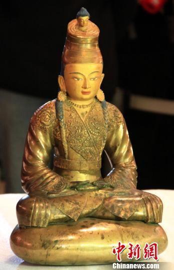 铸造于13-14世纪的松赞干布鎏金铜像在长沙开箱亮相。 邓霞 摄
