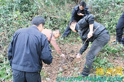民警在受害人死亡的地方勘察现场 通讯员 杨思思 摄