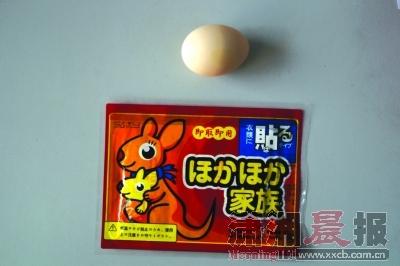 实验材料:暖宝宝和生鸡蛋。