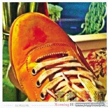 """参与擒获嫌疑人的郭哥在新浪微博上用""""郭郭江""""的用户名发帖,贴出当晚擒拿嫌疑人时所穿的鞋子,上面沾满了血迹。"""