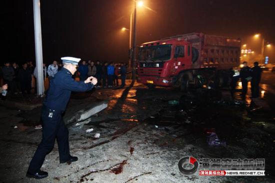 12月31日,开元路,交警在事故现场拍照取证。图/潇湘晨报滚动新闻记者 辜鹏博