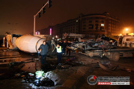 12月31日,开元路,轿车内的尸体已被运走。交警在事故现场查看留下的残骸。图/潇湘晨报滚动新闻记者 辜鹏博