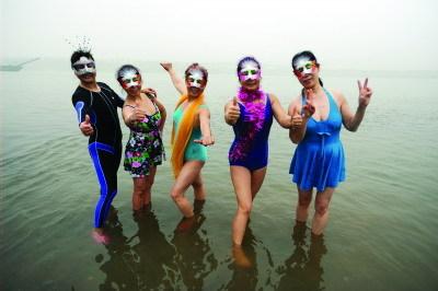 """1月1日上午,一些冬泳爱好者在湘江里""""挑战严寒""""。图/记者邵骁歆"""