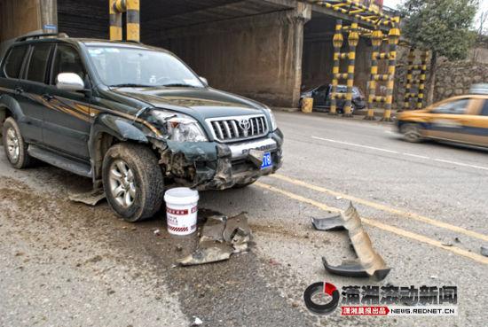 超车书读过快的的越野车车头左部被撞毁。图/潇湘晨报滚动新闻记者 范思鼎