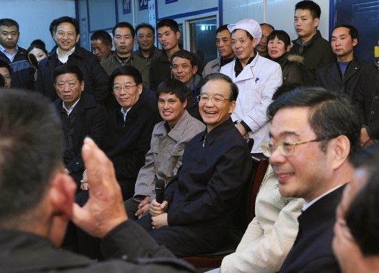 元旦晚上,温家宝来到湘潭九华杉山居民安置小区建设工地看望农民工,了解他们的生活情况,并向他们致以新年祝福。新华社记者 饶爱民 摄