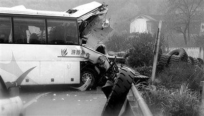 沪昆高速湖南段车祸13人遇难,图为事故现场(视频截图)。新华社发 李少波 摄