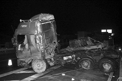 图为昨晚事故现场。重型挂车被撞变形。新华社发 郭国权 摄