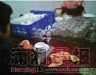 用抹布擦拭餐具后直接包装。视频截图