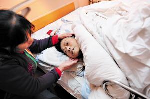 被交警吴经华救起的老人已被送往医院,护工刘阿姨正对她悉心照料。 陈晨 小刘军 摄影报道