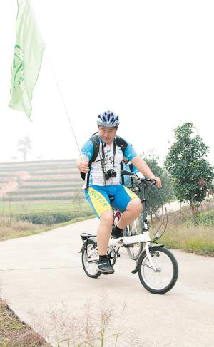 """为自行车运动而""""疯狂""""的陈剑岷和队友们穿梭在路上。贺文兵 摄"""