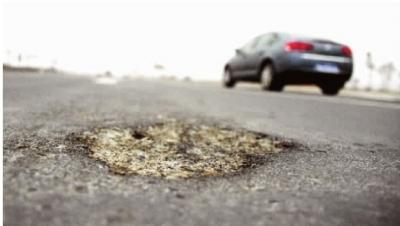1月11日,长沙市湘江大道北段(北二环至北三环),一些路面坑坑洼洼很不平整。记者 王�鹰 摄