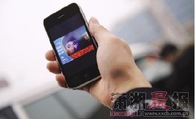 民警的手机里都有一张平头男的照片,在对街面、社区进行巡查时,需对可疑人员进行细致辨认。图/记者张轶