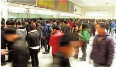 春节渐近,我省各大火车站客流逐步增长。图为售票厅内排队买票的旅客。 记者 龚磊 摄