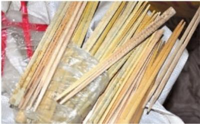 """1月12日,长沙杉木村黑作坊内,""""金穗卫生筷""""多数已发霉。(资料图片)"""