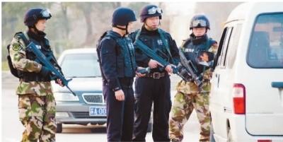 """1月11日,南京下关""""1・6""""持枪抢劫杀人案发已过去6天,全市公安民警也是连续工作了6个日夜,目前,南京警方全城布控,万余警力正""""地毯式""""布控查缉相关嫌疑人。图为持枪特警武警路面盘查。 IC图"""