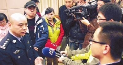 1月12日下午,新闻发布会会后,长沙市公安局副局长欧益科接受媒体记者的采访。记者 王�鹰 摄