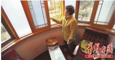 1月13日,长沙市天马路科教新村,舒��驳碧炀褪钦驹谧约铱吞�窗口的这个位置看护在楼下玩耍的孙儿。记者 田超 摄