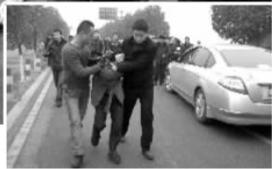 ▲便衣特警将疯狂男子押解回警局。