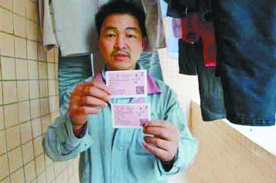 今年,成小辉早早买好了回家的火车票,但因妻子无法请到假,眼睁睁地看着两张火车票成了废纸。