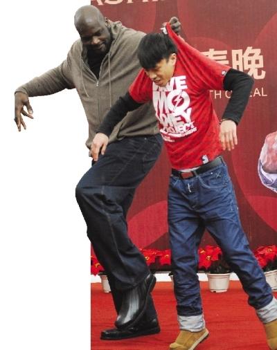 球迷见面会现场,奥尼尔跳舞时直接提起了舞伴。图/记者刘有志