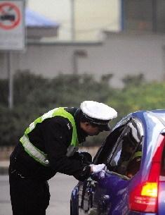 昨日,长沙交警在二环线浦沅立交桥等处设立检查点,对过往车辆进行检查。图/记者邵骁歆