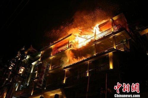 着火宾馆的四楼出现垮塌。杨华峰摄