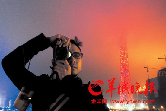 大雾天给广州增添了许多迷离,从珠江新城远望只见半截西塔,半截广州塔,塔的上半部都化为层层水彩,摄影爱好者纷纷留影。记者何奔摄影报道
